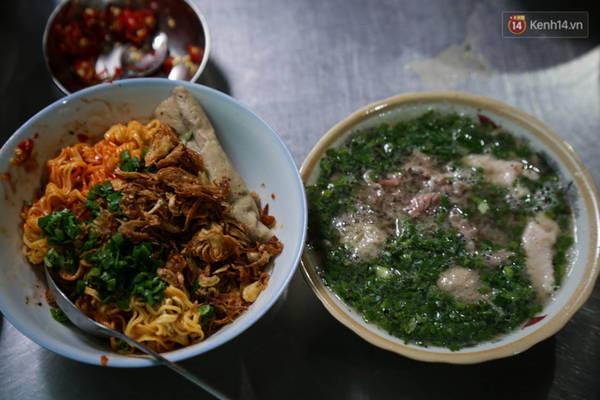 Một phần ăn gồm tô mì muối và súp có giá 52.000 đồng.