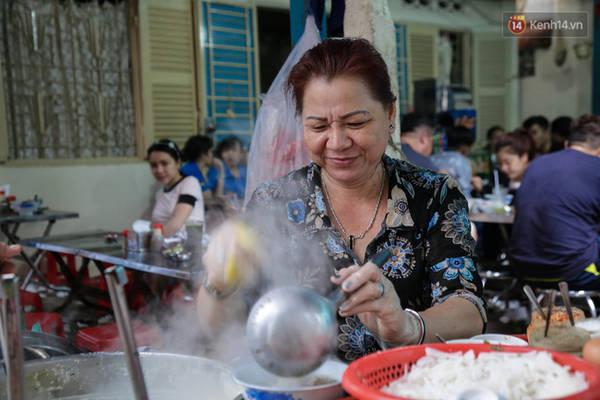 Cô Huyền - chủ quán mì muối ớt hơn 50.000 đồng/tô.