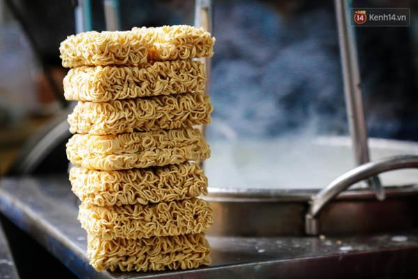 Mì tôm không có bao bì được chế biến thành món mì muối ớt độc đáo.