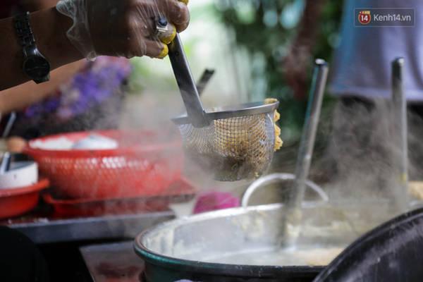 Vắt mì luôn được nhúng với nồi nước dùng nóng hổi trước khi chế biến món ăn trứ danh của quán.