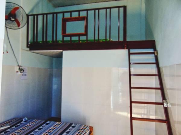 Một căn phòng thế này ở được 4 người với giá chỉ 200k.Phòng thiết kế cực đơn giản nhưng rất sạch sẽ với gam màu trắng.