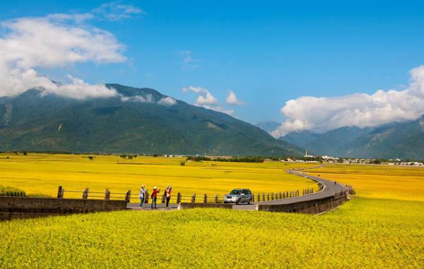 Đài Trung là thành phố nằm ở miền Trung đảo Đài Loan, sở hữu nhiều thắng cảnh hiền hòa vùng ngoại ô, với những cánh đồng lúa êm đềm, xa xa là dãy núi trùng điệp ẩn mình trong mây.
