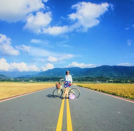 Con đường hiện đại, sạch sẽ, nên trở thành địa điểm sống ảo nổi tiếng với các bạn trẻ Đài Loan. Đến đây bạn có thể thuê xe đạp để dạo quanh ngắm cảnh vào mỗi chiều hoàng hôn.