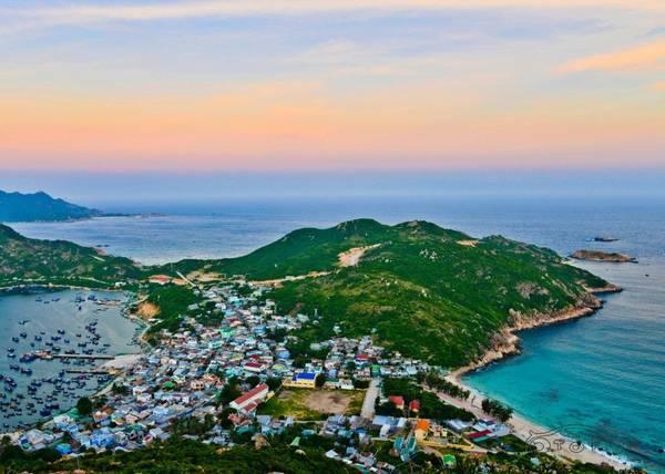 Toàn cảnh đảo Bình Ba xinh đẹp nhìn từ trên cao. Ảnh: dulichbitour