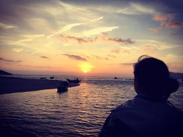 Bình minh trên đảo Điệp Sơn bình yên và tĩnh lặng đến nao lòng.