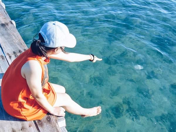 Nước trong đến mức bạn có thể thấy được những con sứa mập ú và những đàn cá nhỏ đầy màu sắc.