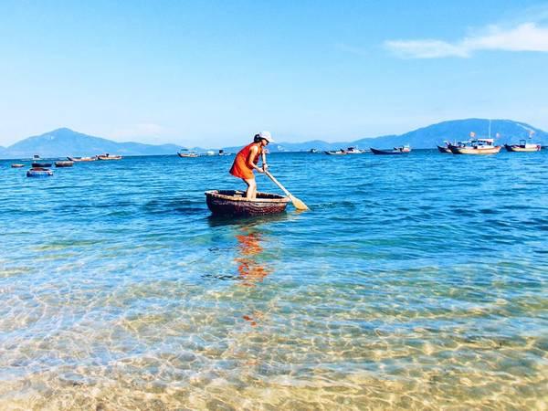 Tập tành bơi những chiếc thuyền thúng của dân chài thật sự rất khó nhưng sẽ là một trải nghiệm đáng nhớ.