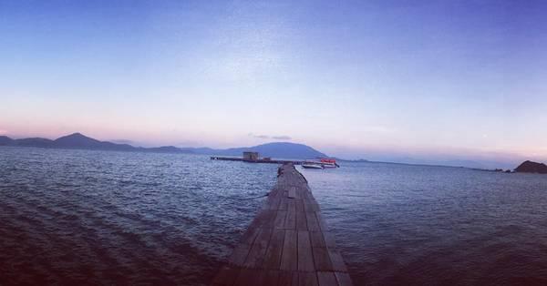 Cây cầu gỗ chạy thẳng ra biển.