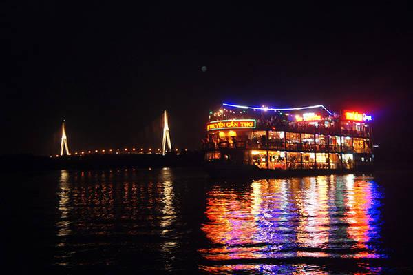 Thưởng thức bữa ăn tối tại du thuyền bến Ninh Kiều. Ảnh: nhahangduthuyencantho.vn