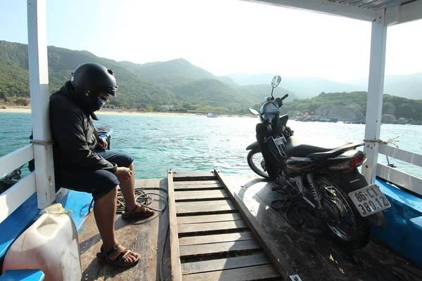 Từ Bãi Kinh đi thuyền sang đảo Bình Hưng mất khoảng 10 phút với mức phí 10.000 đồng/người.Ảnh: Nguyễn Trường Sơn