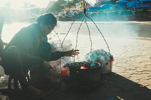 Gánh hàng rong bán đồ biển nướng ở Đồi Dương, Phan Thiết. Ảnh: Minh Nhật.