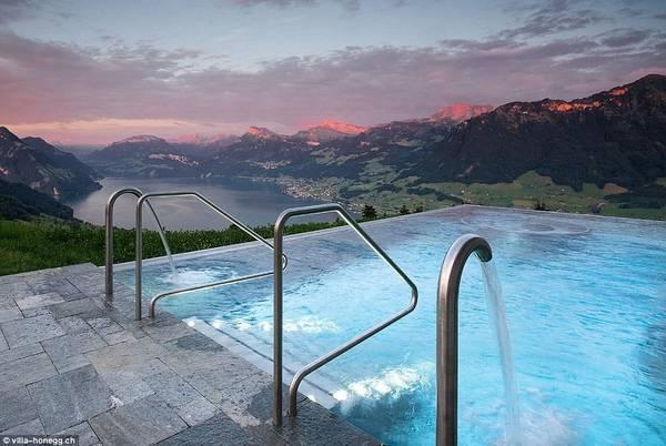 Hồ bơi được xây dựng vào năm 2008, chủ yếu phục vụ cho khách nghỉ tại đây. Ảnh:Villa Honegg.