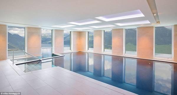 Hồ bơi này gồm hai phần trong nhà và ngoài trời. Ảnh:Villa Honegg.