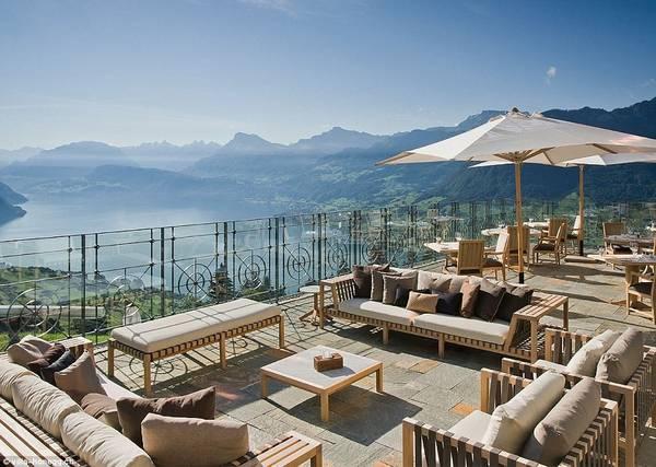 Ngay bên cạnh bể bơi là khu vực thư giãn ngoài trời với những chiếc ghế sofa dài. Du khách đến đây cảm thấy vô cùng thư thái khi được thưởng thức đồ uống yêu thích và ngắm cảnh quan rộng lớn xung quanh. Ảnh:Villa Honegg.