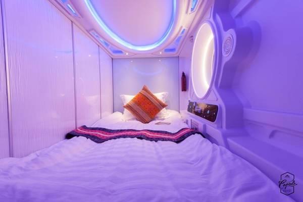 Giường đơn có kích thước 1,2 x 2,2 m. Ngoài chăn, gối ấm áp, phòng còn trang bị quạt thông gió, các loại ổ cắm và đèn với nút điều khiển hiện đại để khách tùy chỉnh theo nhu cầu