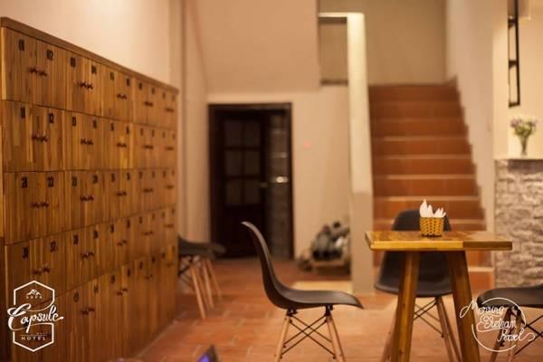Không chỉ là nơi để ngủ, khách sạn còn có nhiều dịch vụ khác như khu cà phê, nhà hàng...