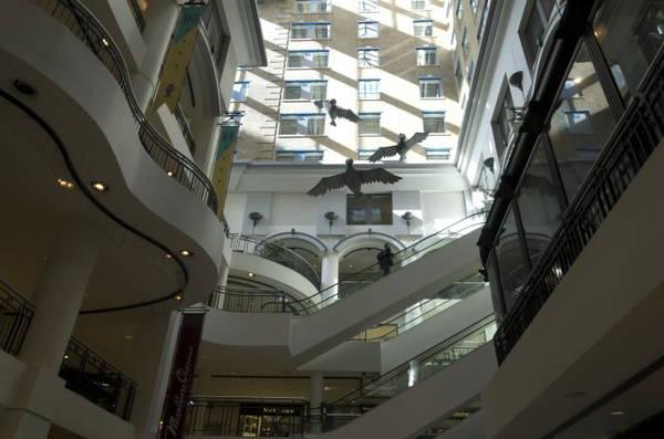 Các giếng trời mang lại ánh sáng giúp các tầng trong thành phố ngầm RESO luôn chìm ngập trong luồng sáng dịu nhẹ - Ảnh: wordpress