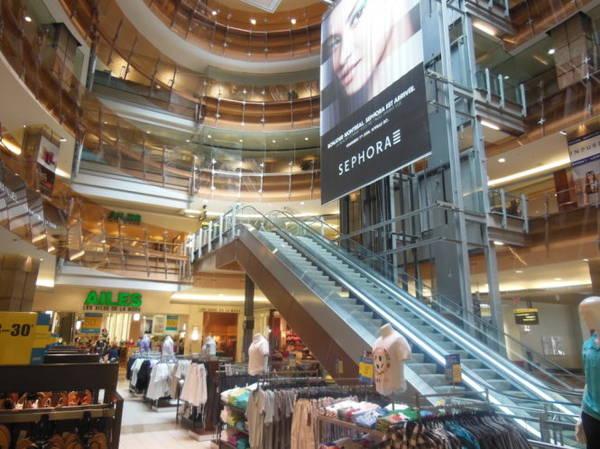 Mê cung mua sắm ở Trung tâm tương mại Eaton thuộc thành phố ngầm RESO - Ảnh: wordpress