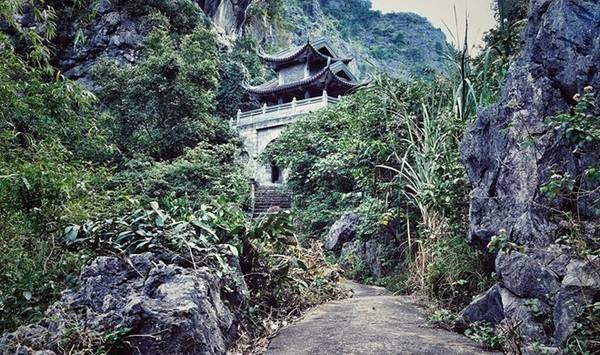 Cổng vào động chùa Am Tiên. Ảnh: Phi Ba Ngơ.
