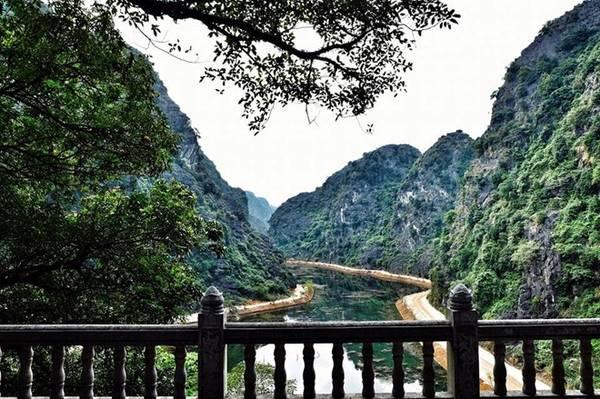 """Toàn cảnh của """"tuyệt tình cốc"""" nhìn từ chùa động Am Tiên. Ảnh: Phi Ba Ngơ."""