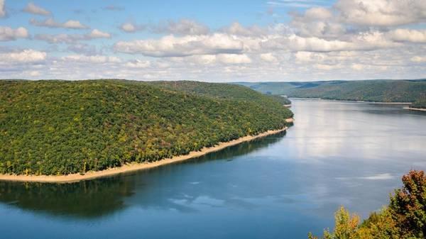 Hồ nước có quá khứ tăm tối Hồ Kinzua có từ năm 1965 cùng với đập Kinzua xây trên sông Allegheny. Ngày nay, du khách thường bơi lội hoặc đi thuyền trên hồ chứa nước mà không biết nhiều về lịch sử nơi này. Hầu như các vùng đất nổi ở đây từng thuộc bộ lạc Seneca. Hàng trăm gia đình sống ở đây đã buộc phải rời đi khi thung lũng bị ngập. Suốt mùa khô hạn, nền móng vững chắc của những cư dân Mỹ bản địa vẫn được tìm thấy ở đáy hồ. Dù còn nhiều tranh cãi về lịch sử của hồ nước, cảnh vật nơi đây có vẻ đẹp khó chối từ.