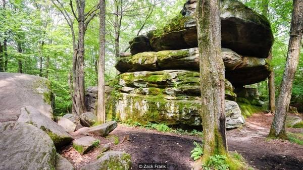 Những loại đá đặc biệt Để khám phá những điểm khác biệt ở công viên Allegany, du khách hãy tới Thunder Rocks (Những tảng đá Sấm sét). Không giống những thành phố đá nổi tiếng ở phía đông bắc tạo nên do vận động của sông băng, những tảng đá này lại được tạo nên bởi trầm tích khi dãy núi Catskill hình thành. Thunder Rocks từng bị chôn sâu trong bùn đất nhưng qua thời gian nó càng lộ ra vì sự xói mòn.
