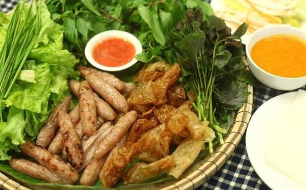 Nem nướng Nha Trang Hơi giống nem lụi Đà Nẵng, nhưng món nem nướng Nha Trang có sự khác biệt trong đồ ăn kèm và nước tương để chấm. Nem nướng thường được bày trong mẹt, cùng bánh tráng chiên giòn, các loại rau sống. Thực khách cuốn nem bún, rau, đồ chua trong bánh tráng, chấm với tương có đủ vị chua cay, mặn ngọt được chế biến từ hơn 20 loại gia vị. Thành phần chính gồm nếp dẻo, đỗ tương, cà chua, tôm, thịt nạc, gan lợn xay nhuyễn trộn với đường, tỏi, ớt... Một phần nem có giá từ 35.000 đồng, được bán ở đường Huỳnh Thúc Kháng.