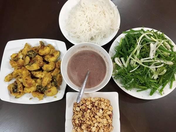 Chả cá Lã Vọng Đây là món ăn nổi tiếng của Hà Nội, làm từ cá lăng, chắt thịt và thấm gia vị, thơm mùi nghệ. Cá ngon là ăn giòn ở bề cạnh nhưng mềm ở phần giữa. Mắm tôm là gia vị đặc biệt của món này, nhiều du khách, nhất là khách nước ngoài không ăn được thì có thể chọn loại nước chấm khác. Một suất chả cá cho hai người ăn có giá 200.000 đồng, được bán ở quán ăn Bắc trên đường Hàm Nghi, quận Thanh Khê.