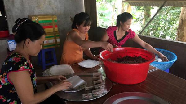 Làm ram để bán cho khách đường xa - Ảnh: Thủy OCG