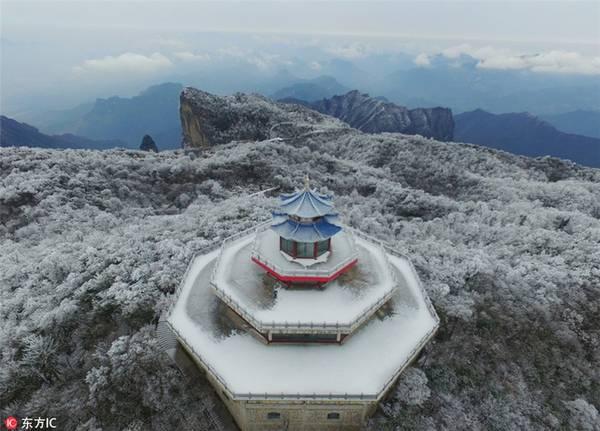Cảnh tượng tuyết phủ trắng khắp Thiên Môn Sơn thuộc tỉnh Hồ Nam nhìn từ trên cao. Ngọn núi này nổi tiếng với nhiều kỳ quan tự nhiên và vẻ đẹp huyền bí. Đây cũng là một địa điểm thu hút rất đông du khách đến tham quan hàng năm.