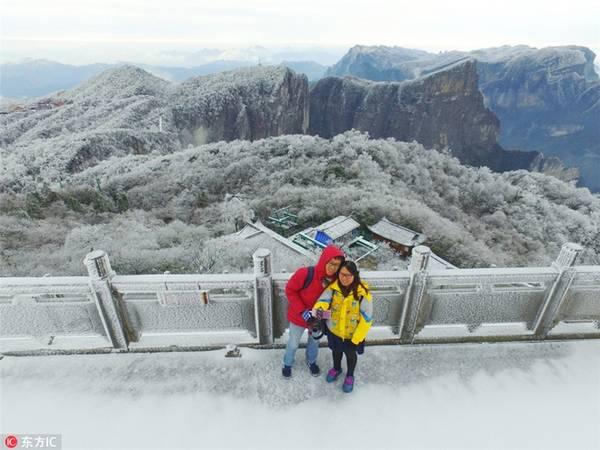 Du khách thích thú chụp ảnh selfie trên nền tuyết trắng ở công viên quốc gia Thiên Môn Sơn, thành phố Trương Gia Giới, tỉnh Hồ Nam.