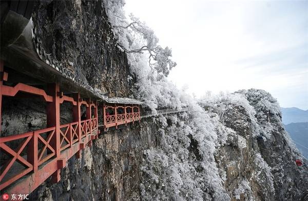 Nếu có sức khỏe tốt, du khách có thể đi bộ theo một con đường xây dựng trên các vách đá của núi. Chiều dài của tuyến đường bộ này là 11 km với 99 khúc cua, đưa du khách đến hang động Thiên Môn, một thắng cảnh tự nhiên trên núi, cao 131,5 m so với mặt đất.