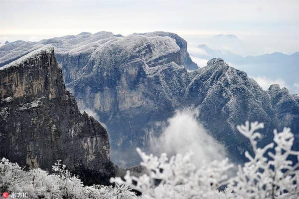 """Một điều khác thu hút du khách khắp nơi đổ về tham quan Thiên Môn Sơn là cầu đáy kính trong suốt được xây men theo vách núi đá đã mở cửa từ tháng 8 và được mệnh danh """"Vách đá rồng cuộn""""."""
