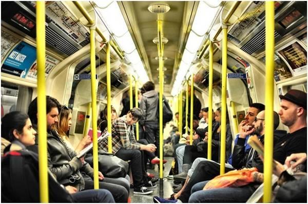 Lựa chọn tàu điện ngầm hạng bình dân để tiết kiệm chi phí đi lại