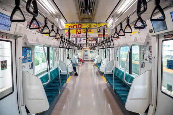 """Hệ thống phương tiện công cộng đúng giờ Những chiếc tàu cao tốc shinkansen sạch sẽ, tiện nghi lại chạy chính xác tới từng giây luôn làm hài lòng du khách, dù di chuyển gần hay xa. Chúng còn được ví như tàu """"viên đạn"""" (bullet train) vì tốc độ nhanh khủng khiếp."""