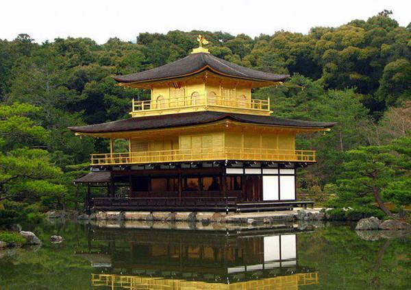 Những ngôi đền Phật giáo và Thần đạo Những ngôi đền này không chỉ là nơi tôn nghiêm, thanh tịnh và để thực hiện các nghi lễ quan trọng, mà còn là điểm tham quan thu hút du khách muốn hiểu thêm văn hóa, tôn giáo ở Nhật Bản.