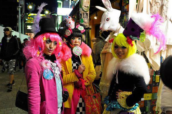 Người Nhật tự do thể hiện phong cách thời trang đường phố Dù trên đường ra ngoài hay trở về nhà, họ cũng làm cho nước Nhật trở thành nơi lý tưởng để du khách thay đổi cách nhìn về thời trang và mạnh dạn ăn mặc mà không sợ bị đánh giá.