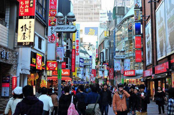 Thiên đường mua sắm Từ các cửa hàng đồng giá như Daiso cho tới trung tâm mua sắm như Takashimaya, du khách đều có thể chọn được cho mình các món đồ vừa túi tiền và có chất lượng tốt.