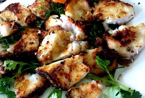 Cá lăng nướng muối ớt, lẩu cá lăng nấu măng chua là những món ăn chế biến từ loại cá đặc sản của Buôn Ma Thuột. Do sông Sêrêpôk có dòng chảy quanh năm cuồn cuộn nên cá lăng ở đây nặng ký hơn khiến phần thịt nhiều và chắc hơn. Nướng trên than hồng, phần thịt cá béo ngậy, phần da vàng giòn rụm, phần đầu và đuôi có thể dùng để nấu măng chua ăn với bún tươi.