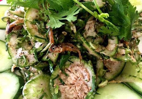 """Cà đắng là món """"độc quyền"""" của Tây Nguyên nói chung và Ban Mê nói riêng. Quả cà có vỏ xanh, to tròn hơn ngón tay cái, có vị đắng chát nhưng hậu vị lại ngọt. Cách chế biến ngon nhất là cà xắt khoanh mỏng trộn với khô cá mờm, nước mắm chua ngọt, trên có vài sợi ngò rí, ngò gai thái nhuyễn. Đây là món nhậu rất được ưa chuộng."""