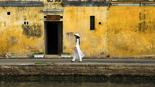 Hội An (tỉnh Quảng Nam) có những ngôi nhà thời Pháp, đền miếu Nhật Bản và nhà gỗ của thương gia Trung Quốc. Tuy nhiên, sự hợp nhất của văn hóa và phong cách kiến trúc không phải là điều làm nên ấn tượng duy nhất. Điều nổi bật nhất khi bước vào con phố cổ là màu vàng đậm đặc trưng của đa số nhà nơi đây.