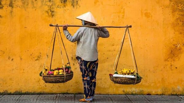 Thời gian trôi qua nhưng nhiều điều ở Hội An vẫn sống mãi, như hình ảnh những người gánh rau, hoa quả rong. Mỗi ngày, hàng trăm du khách đi qua khu phố cổ.