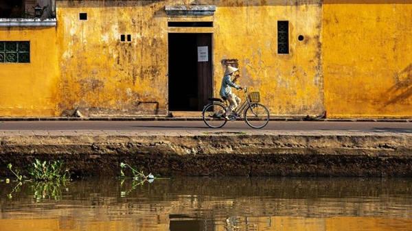 Các tòa nhà trong khu phố cổ được thiết kế độc đáo ở chỗ: lối vào ở bên ngoài phố, trong khi cửa sau các tòa nhà mở ra sông Thu Bồn,làm việc vận chuyển hàng hóa bằng thuyền trở nên dễ dàng hơn.