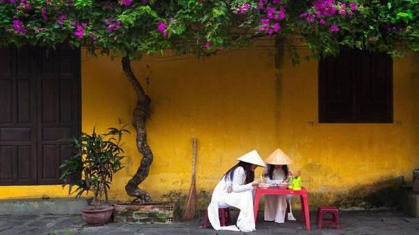 Không khó để bắt gặp hình ảnh người dân địa phương ăn sáng quanh cầu Nhật Bản tại đường Nguyễn Thái Học và Trần Phú. Nếu dậy sớm, bạn sẽ thấy trẻ em ăn sáng trên đường tới trường, và các nữ sinh thường mặc áo dài truyền thống.