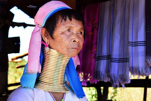 Phụ nữ Kayan đeo rất nhiều vòng kim loại, khiến phần cổ có thể dài tới 40 cm. Ảnh: Channel News Asia.