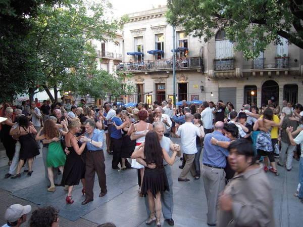 Cùng nhảy tango vào chiều chủ nhật tại Plaza Dorrego thuộc phố San Telmo, nơi tập trung nhiều phòng tập tango ở Buenos Aires - Ảnh: wiki