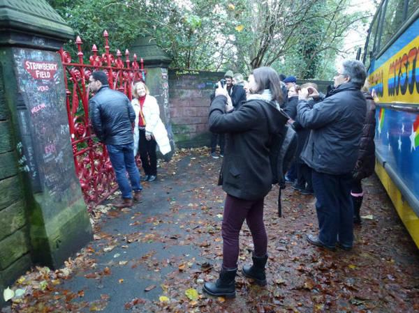 Du khách tham quan Strawberry Fields ở ngoại ô Liverpool, nơi tạo cảm hứng cho bài hát Strawberry Fields Forever của Beatles - Ảnh: flickr