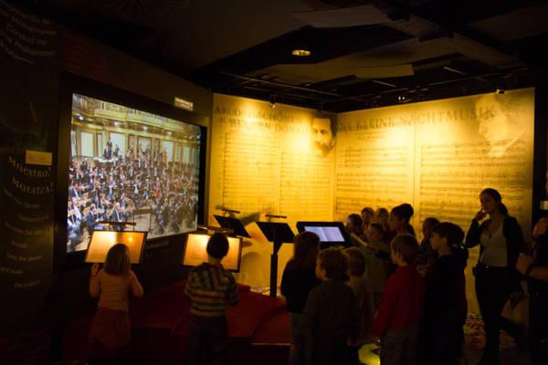 Du khách tương tác tại Bảo tàng âm nhạc Haus der Musik nằm trong một cung điện cũ ở trung tâm phố cổ Vienna - Ảnh: WP