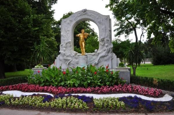 Tượng nhà soạn nhạc Johann Strauss tại công viên Statdpark ở Vienna - Ảnh: WP