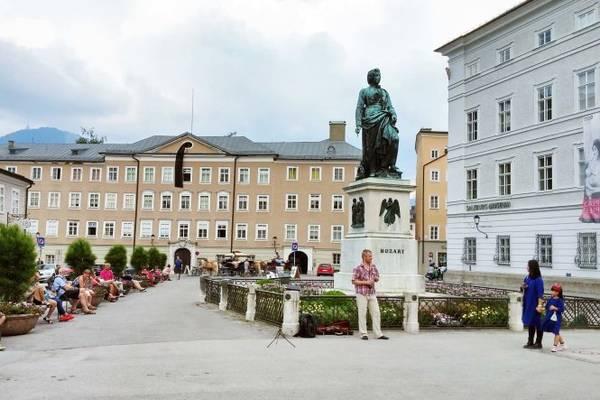 Tượng Mozart ở quảng trường Mozartplatz, Salzburg - Ảnh: WP